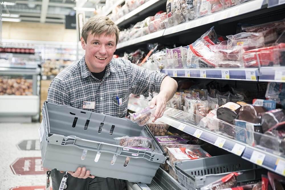 Erik Geijer på ICA Kvantum Kvissleby plockar matvaror för de behövande och utsatta.