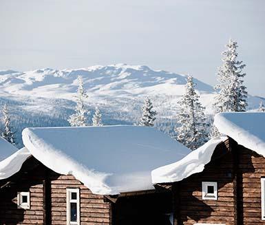 stugor med snö på taken