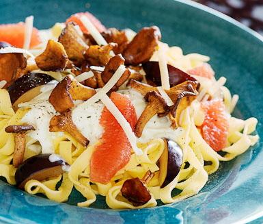 Färsk pasta med kantareller och grapefrukt