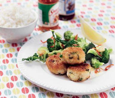 Frasiga fiskkakor med chilifräst broccoli
