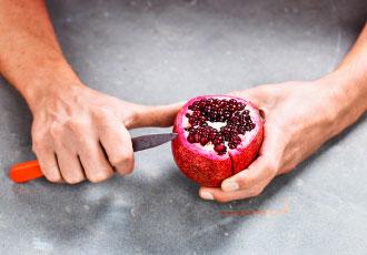öppna granatäpple i vatten
