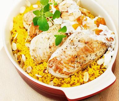 Recept: Kycklingfilé med saffransris och mandelyoghurt