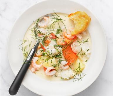 Recept: Fisksoppa med räkor, dill och tomat