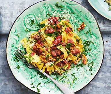Recept: Pasta med salsicciafräs, valnötter och parmesan