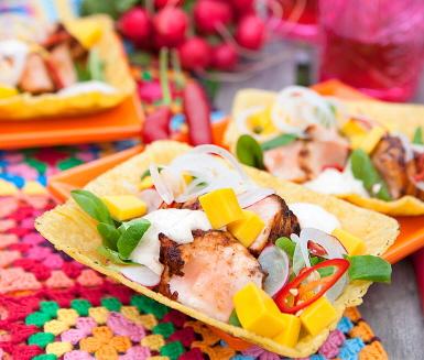 Recept: Lax med het chipotlekräm och mango