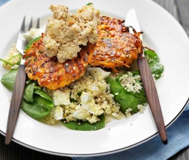 Recept: Sesam- och morotsbiffar med hummus och fetaost