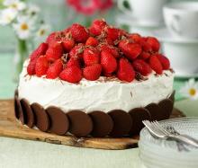 dekorera tårta med jordgubbar